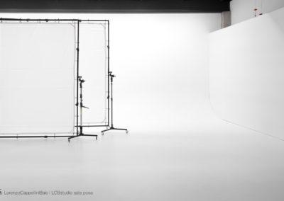 Set white sul limbo della sala posa di LCBstudio | LCBstudio