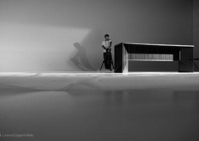 Il regista e il tavolo sul set nella sala posa di LCBstudio