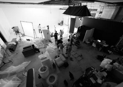 Vista della sala posa e del set durante lo shooting
