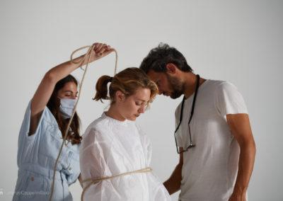 Preparativi per la modella sul set durante lo shooting