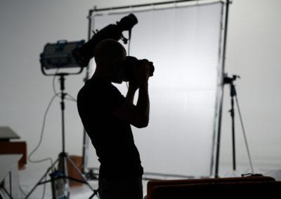 Il fotografo ripreso durante il backstage